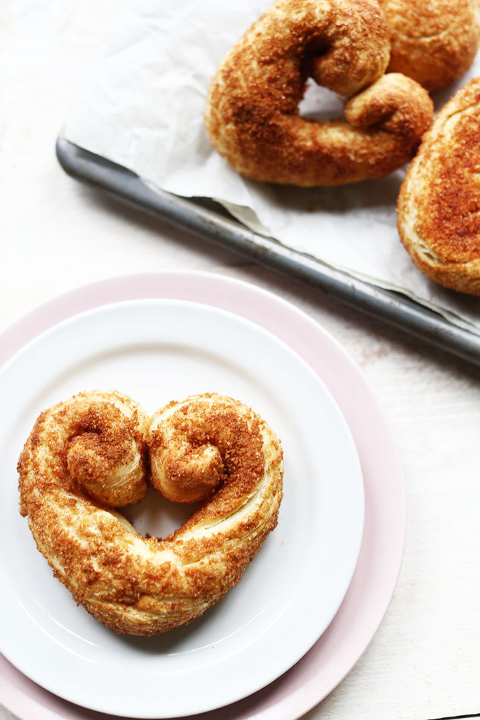 des bretzels spécial saint valentin à la cannelle pour un brunch en amoureux, recette saint valentin de viennoiseries