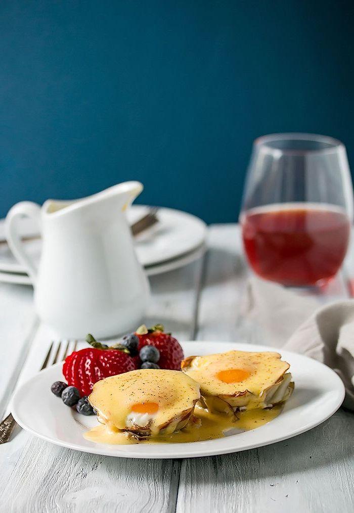 idée pour un plat saint valentin original, recette d oeufs bénédictine revisité sur pommes de terre, garnis de sauce hollandaise