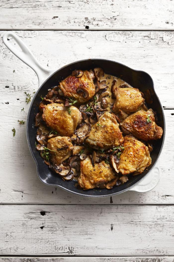 idée pour un plat saint valentin facile et rapide à base de poulet, recette de poulet rôti à la crème et aux champignons