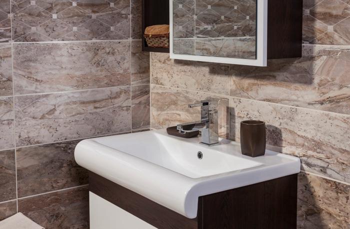 placard avec miroir, vasque moderne, murs en travertin, décoration salle en pierre