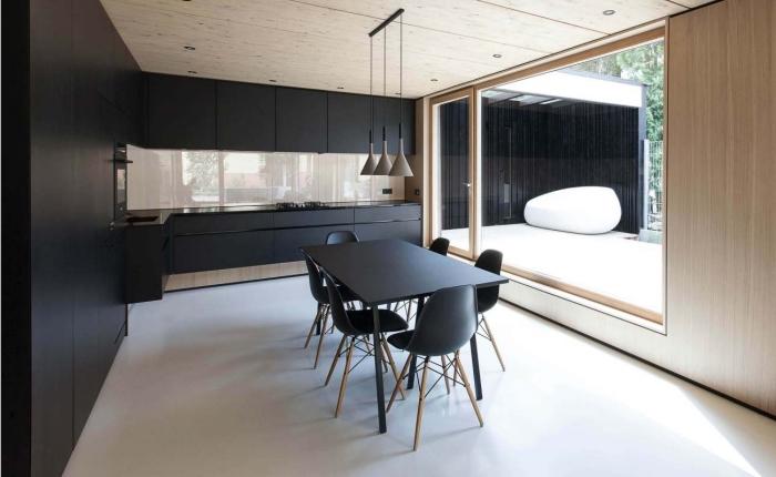 aménagement de cuisine minimaliste avec armoires noires et plafond en bois clair, lampadaire de style industriel en noir et taupe, modeles de cuisine