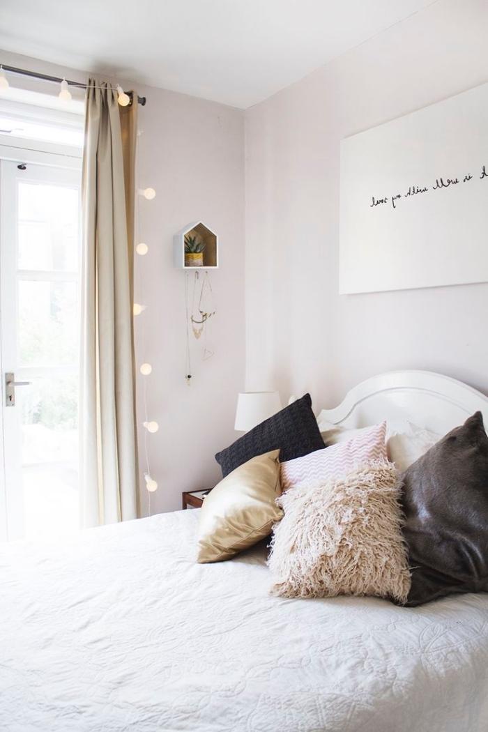 intérieur minimaliste avec peinture murale rose pale et guirlande lumineuse, petit rangement cactus en bois diy