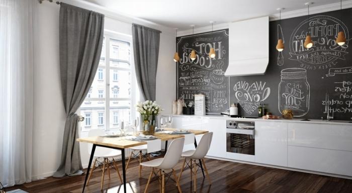 comment aménager une cuisine en longueur, salle à manger ouverte avec table à manger en bois aux pieds noirs, cuisine blanche