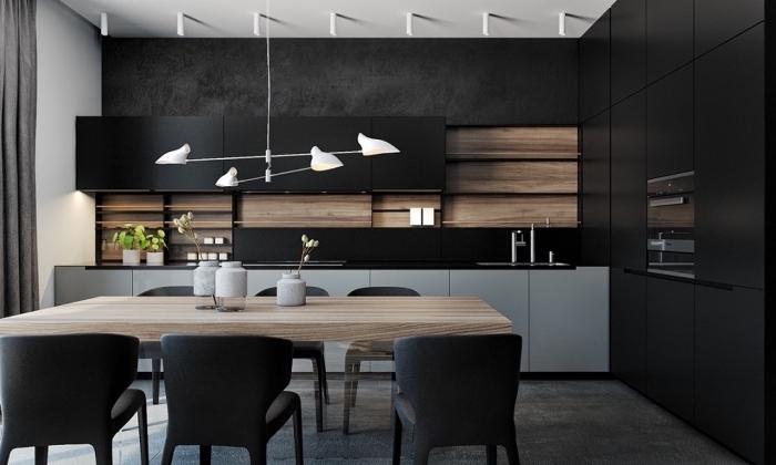 tendance décoration de cuisine moderne aux murs noirs avec meubles de bois clair, cuisine équipée en noir