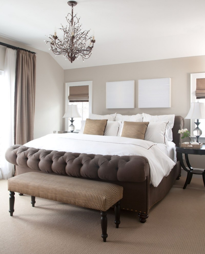 peinture murale de couleur beige avec plafond blanc dans la chambre complete adulte avec modèle de grand lit marron