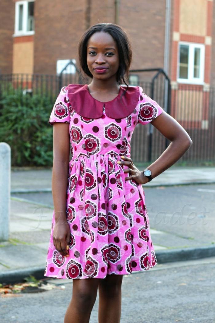 modèle de robe rose avec col claudine en fuchsia, mode africaine, manches courtes, longueur aux genoux, motifs ruches en fuchsia et rouge