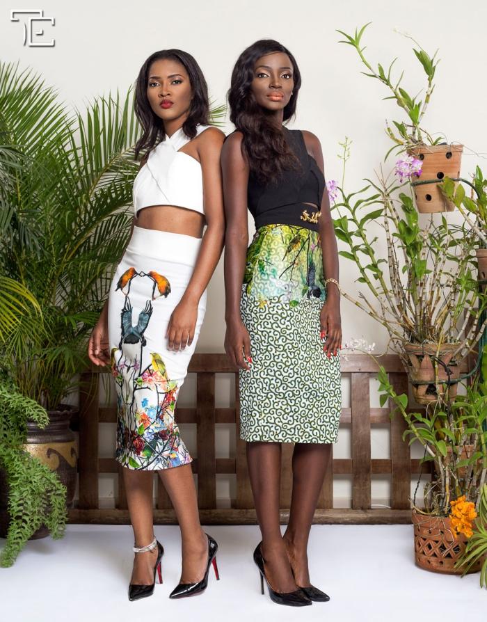 exemple de jupe mi-longue de style africain aux motifs floraux verts combiné avec top noir, idée tenue africaine femme