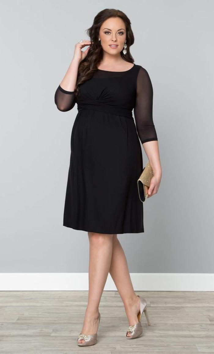 modèle en noir, robe de soirée pas cher pour ronde, manches en organza noir semi-transparents, col rond, longueur mi-genoux