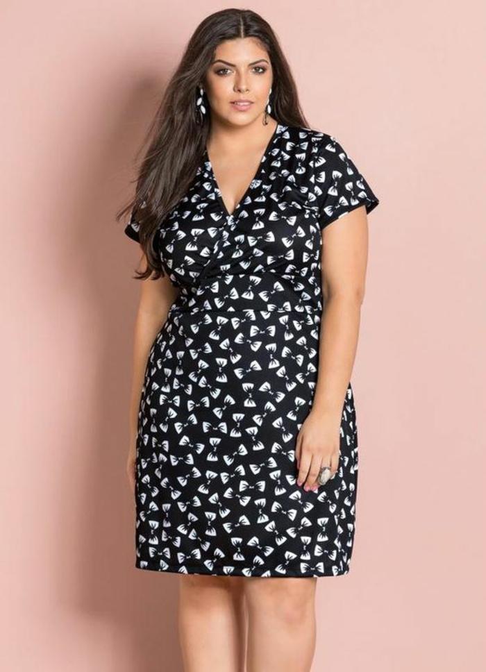 robe pour femme ronde elegante, comment s habiller classe, modèle mi-genoux en noir et blanc avec des manches courtes et décolleté moyen en V, ceinture soulignée