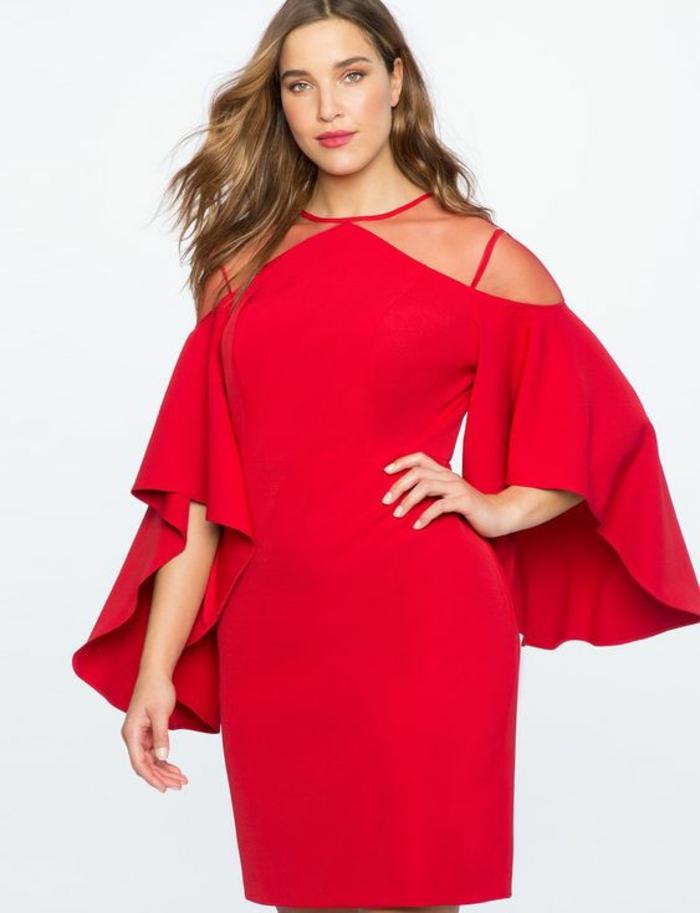 look en couleur rouge, manches aux grands volants, bretelles fines aux épaules, tulle rouge autour du décolleté, longueur mini de la robe