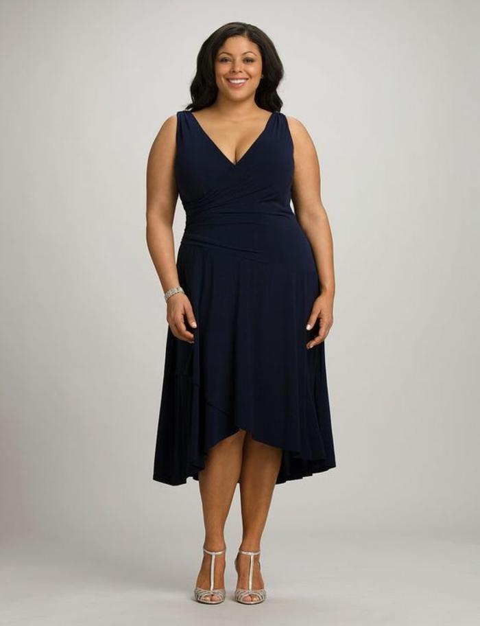 une allure élégante, robe de soirée pas cher pour ronde, avec effet asymétrique devant, en couleur bleu marine, décolleté en V sans manches, longueur moitié jambes