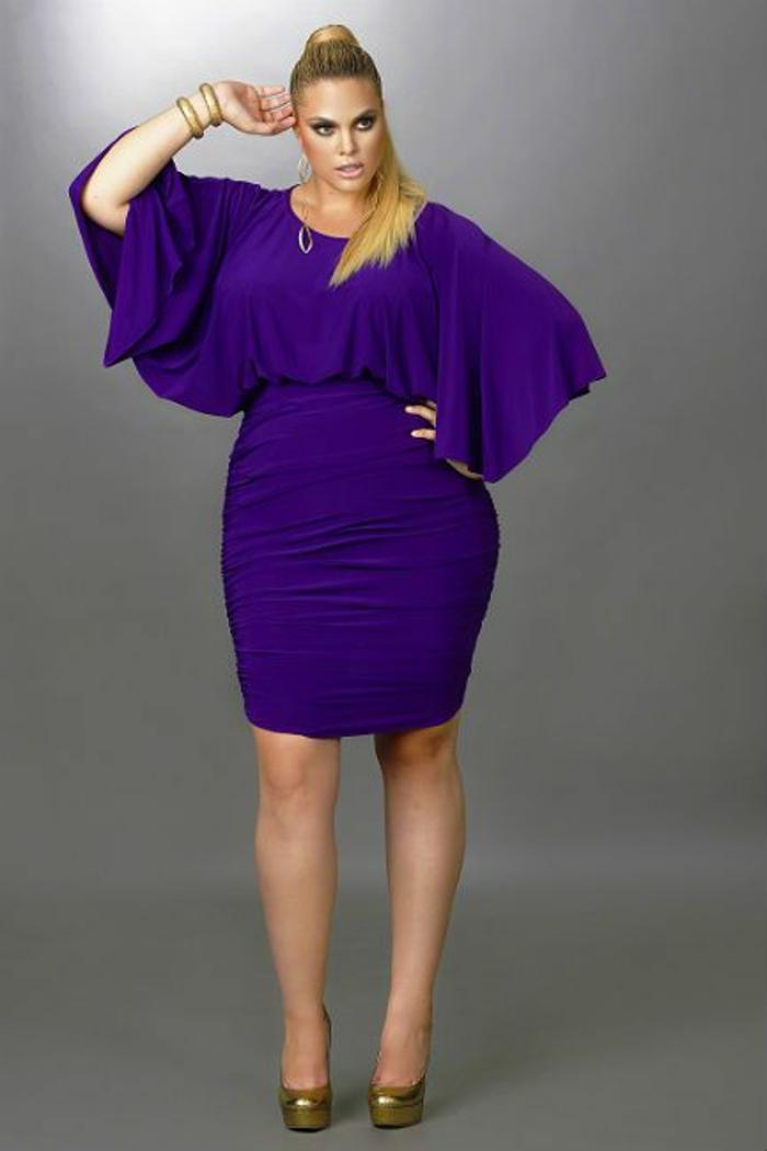 magie en violet, robe de soirée pas cher pour ronde, avec des manches chauve-souris très larges, robe moulante avec longueur mi-genoux, taille haute de la jupe, chaussures en paillettes couleur or