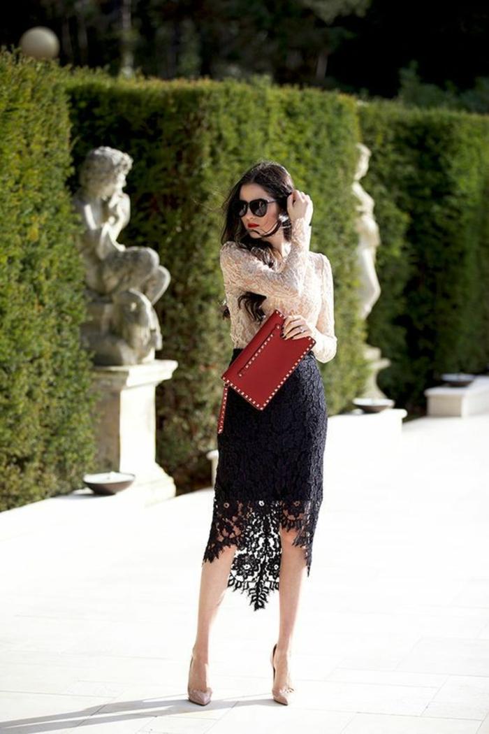 jupe en dentelle noire plus courte devant et plus longue derrière, style ultra raffiné, blouse manches longues en dentelle beige, soirée chic détail choc