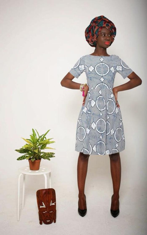 modèle de robe en gris perle, femme avec turban en bleu pétrole et marron, mode africaine, tenue africaine femme, manches courtes moulantes, motifs cercles blancs
