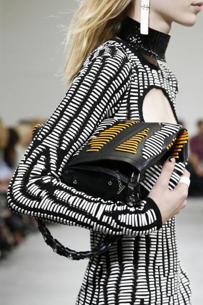 robe bicolore, sac trois couleurs, ouverture ovale sur le décolleté, col tortue en strass noir, soirée chic et choc