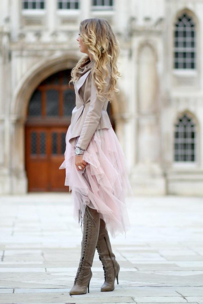 robe avec jupe en rose poudré, tenue chic et choc, veste en gris perle taille serrée, bottes avec des lacets devant