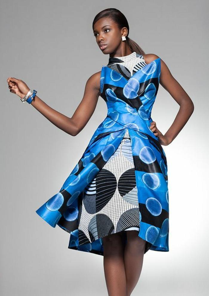 modèle de robe avec effet superposé, en bleu électrique et blanc, décolleté en V, soie avec effet satiné, motifs graphiques cercles avec des rayures dessus