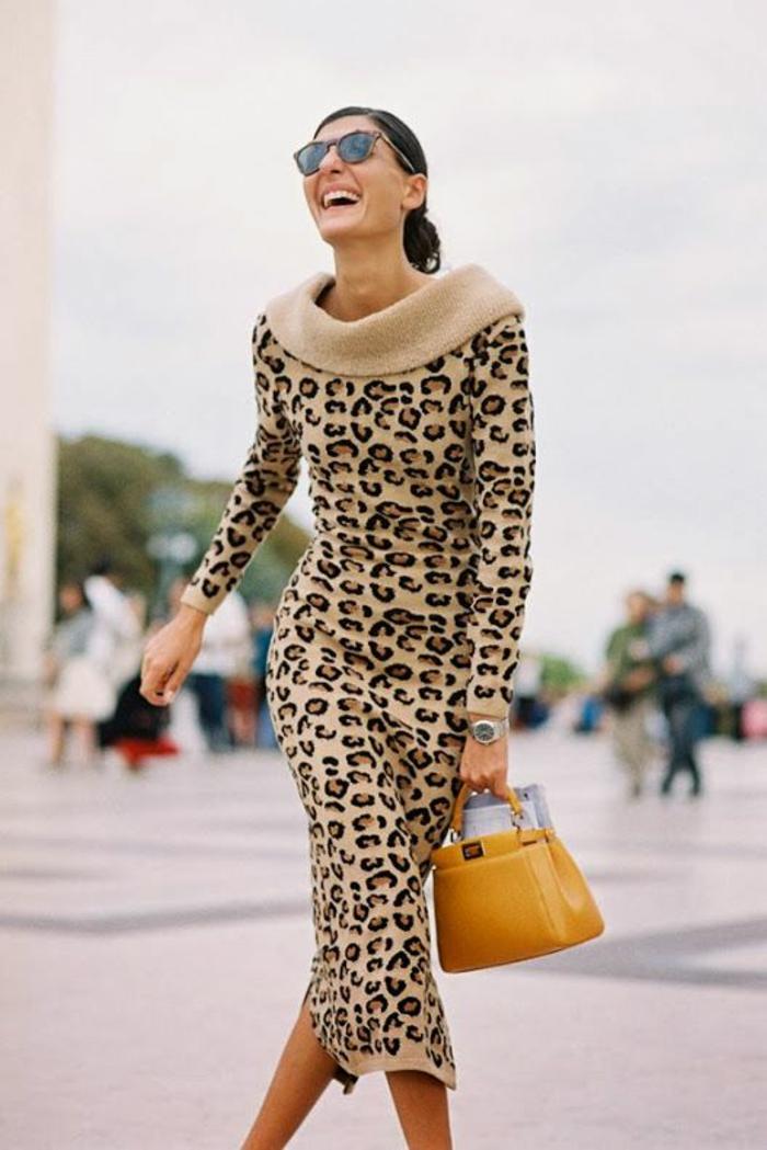 robe moulante longueur sous les genoux, imprimés léopard, col bateau glamour sublimé par une couche de tissu beige, mini sac en couleur moutarde, soirée haut chic bas choc