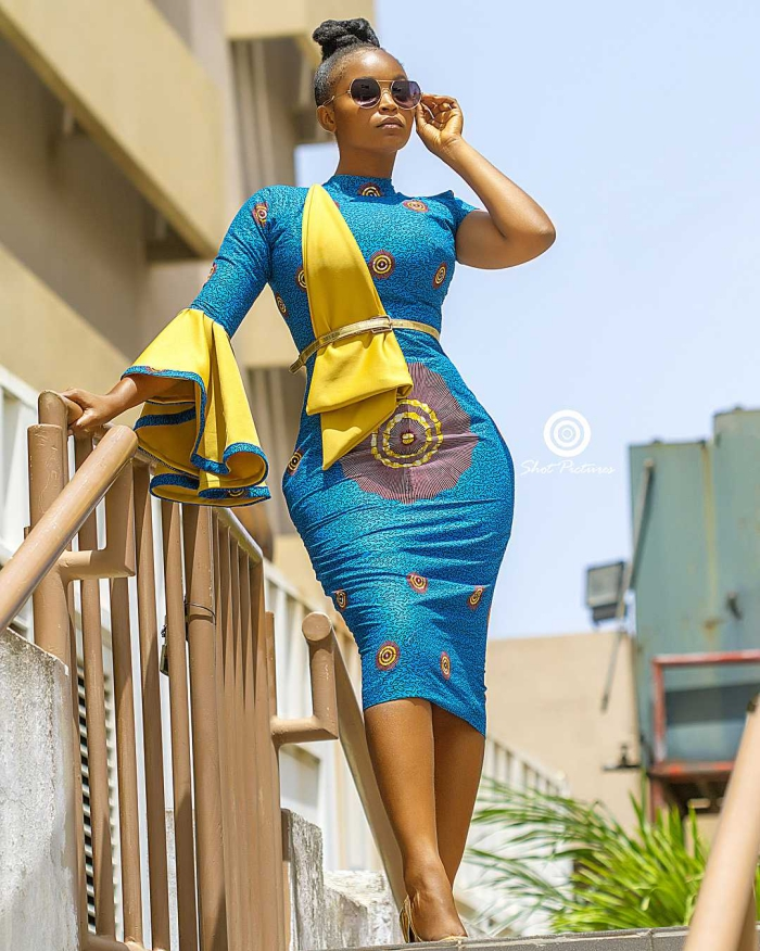 tenue africaine femme moderne, modèle de robe bleue aux motifs ethniques avec ceinture, exemple vêtement en pagne