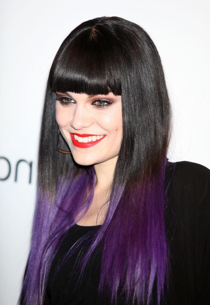 couleur prune cheveux longs et noirs, coiffure de Jessie J avec pointes colorées en violet, quel maquillage pour yeux verts