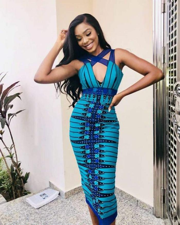 robe moulante en bleu flashy, mode africaine, robe africaine, décorations rayures en noir avec des pointillés blancs, décolleté avec des bandes croisées devant en bleu et violet