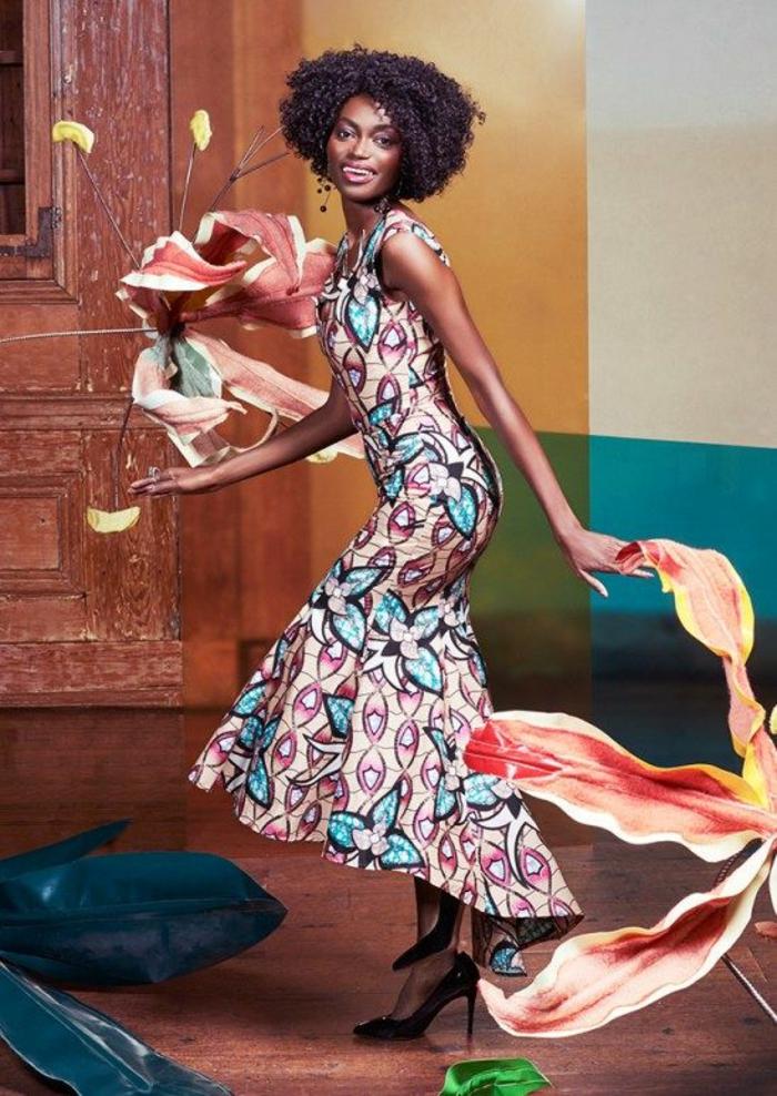 modèle de robe moulante longue africaine sans manches, ourlets qui se terminent en volants plus courts devant, plus longs derrière
