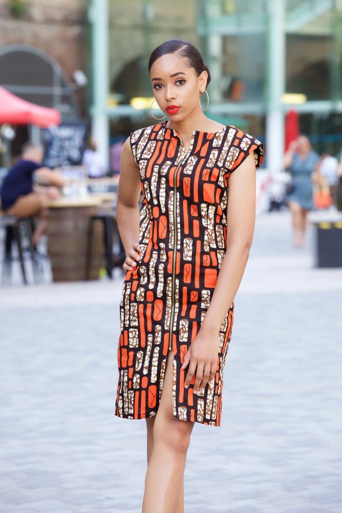 mode femme africaine moderne avec robe mi-longue en orange et noir, modèle de robe longueur genoux avec fente