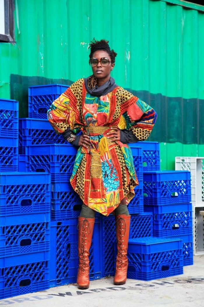 vetement typique africain avec des manches longues, type tunique, avec fentes latérales, motif africain, modele pagne, mode africaine