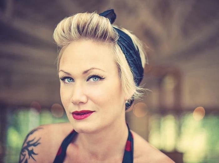 coiffure bandana retro pin up années 50 femme frange roulée