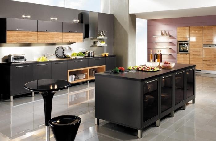 modèle de carrelage de sol blanc aux reflets miroirs, peinture murale de cuisine de nuance taupe claire, cuisine incorporée