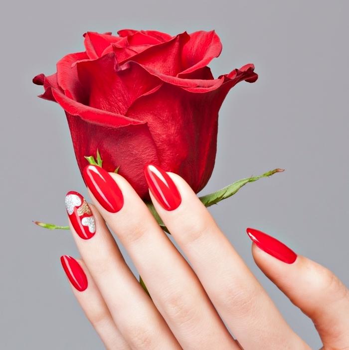 idée pour la manucure de Saint Valentin version ongles longs, vernis gel de nuance rouge avec décoration coeur argent et or