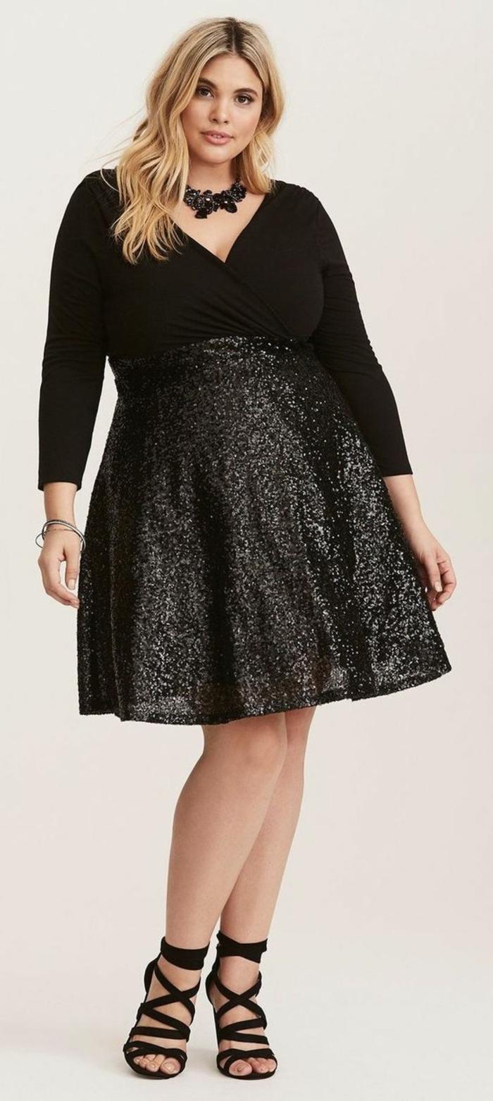 jupe taille haute étincelante, tenue ceremonie femme ronde, top noir avec des manches longues, décolleté en V, collier massif en plastique noir, sandales noirs en style grec