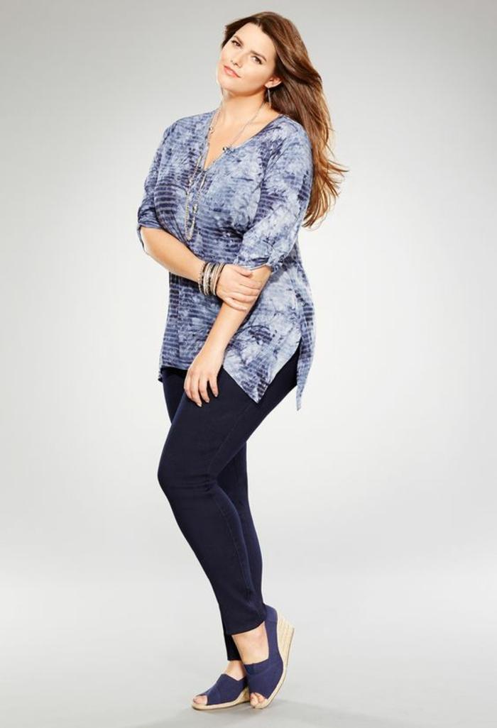 vetement pour femme ronde, tunique bleue avec des manches 3-4, pantalon en bleu marine, espadrilles en bleu marine, avec plate-forme haute