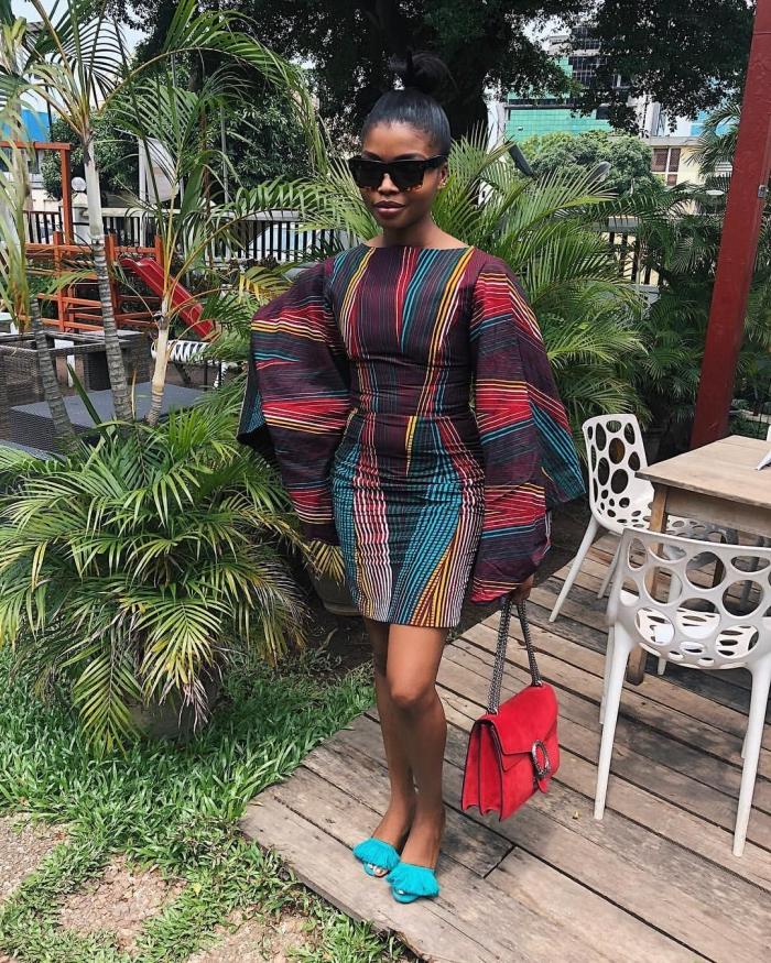 modèle de robe courte aux manches longues et fluides, idée vêtement de style africain aux motifs géométriques et couleurs