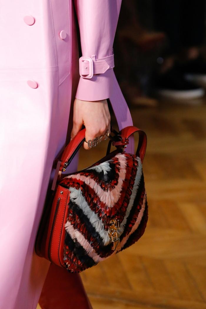 mini sac en rouge, blanc, bleu marine et bleu pastel, avec des franges, soirée chic détail choc, sac porté avec un imperméable en rose bonbon