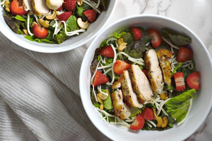 recette de salade originale de laitue romaine au poulet, aux fraises et à la noix de cajou, avec vinaigrette aux graines de pavot