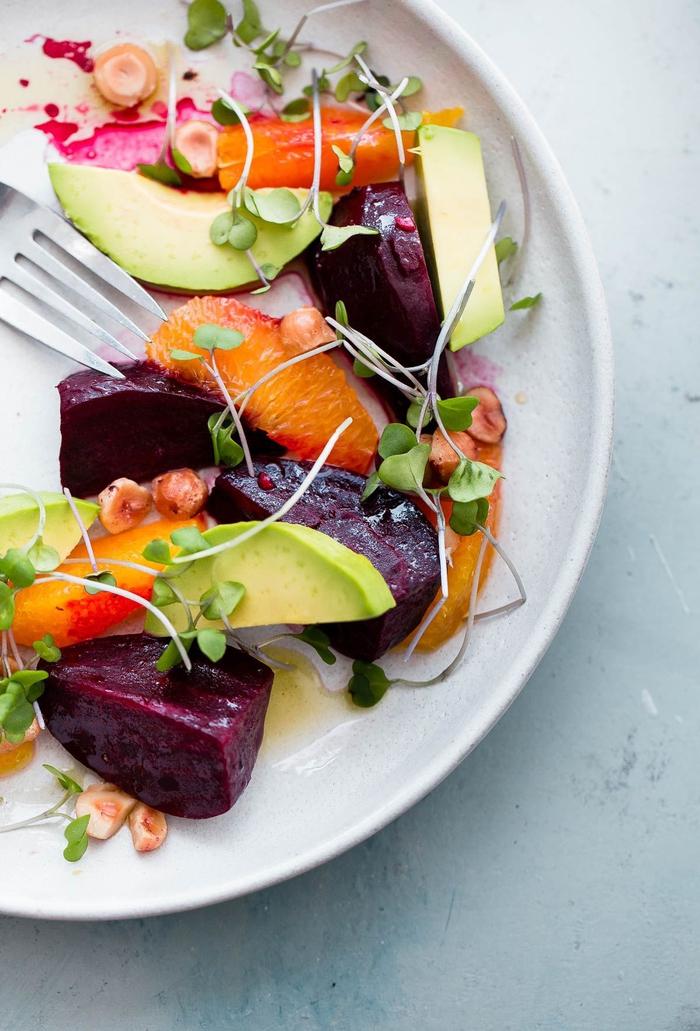 salade vitaminée aux agrumes, avocat et betterave rouge cuite pour commencer le diner romantique en toute légèreté