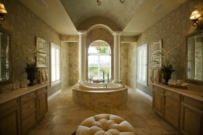 grande salle d'eau, tabouret crème, appliques murales, travertin salle de bain beige