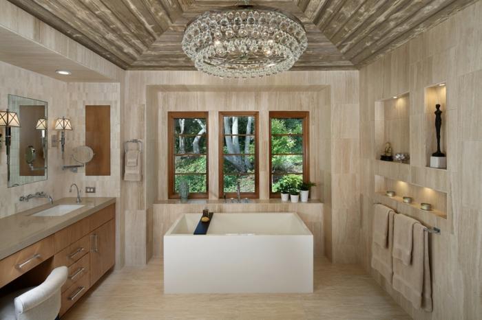 grande baignoire carrée, plafonnier en cristal, décoration murale originale