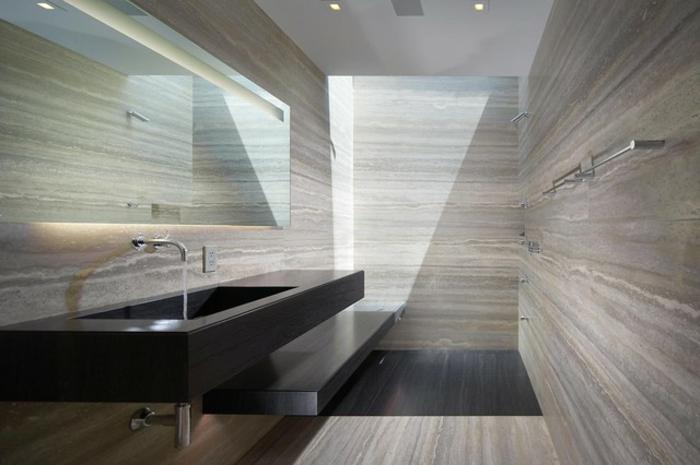 grande vasque moderne en couleur noire, miroir nonencadré, carrelage travertin gris