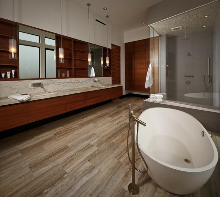 baignoire blanche, sol en travertin, salle de bain pierre, deux grands miroirs
