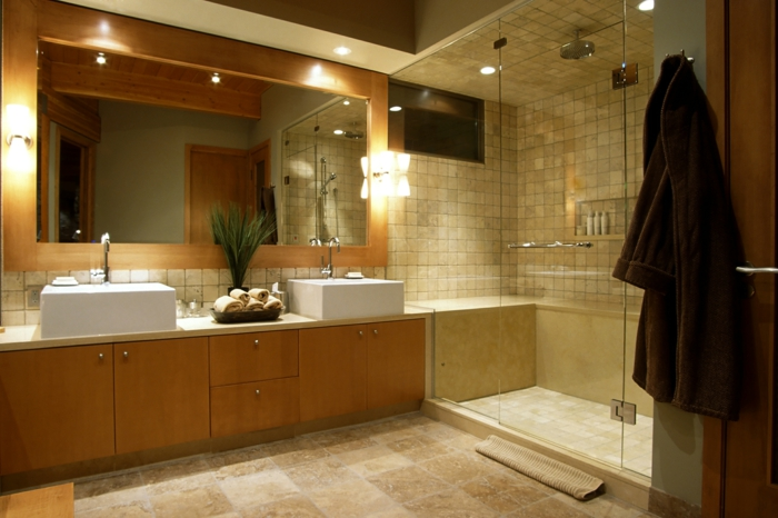 meuble vasque en bois clair, grand miroir mural, cabine de douche, salle de bain travertin