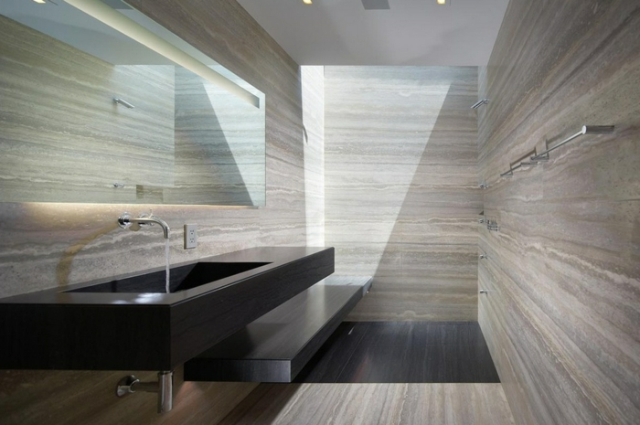 pierre travertin gris, grande vasque noire rectangulaire, miroir rectangulaire