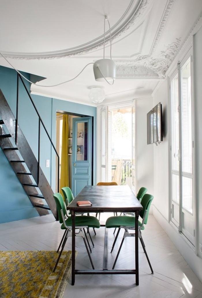 un escalier repeint noir pour un effet de contraste saisissant avec l'intérieur blanc aux accents vitaminés