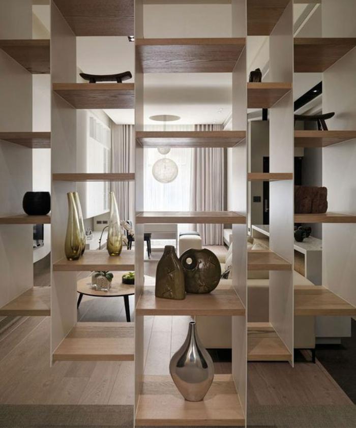 étagère de séparation, sur toute la largeur de la pièce, surfaces en PVC, objets décoratifs ronds et plats, en couleurs blanc et beige