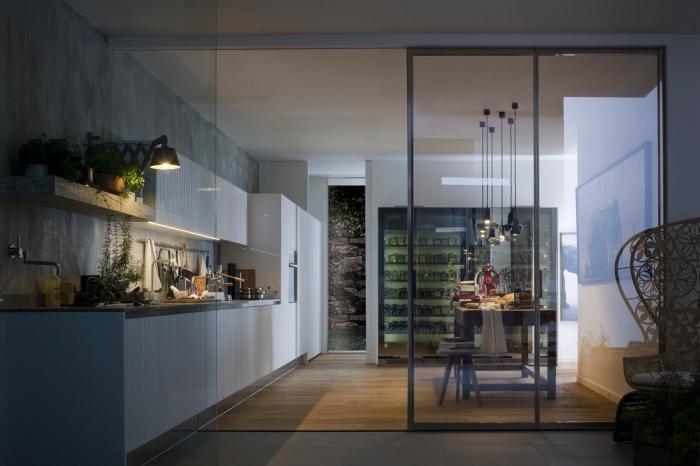 verriere atelier, aménagement de cuisine moderne aux murs gris avec meubles blanches et sol en bois clair