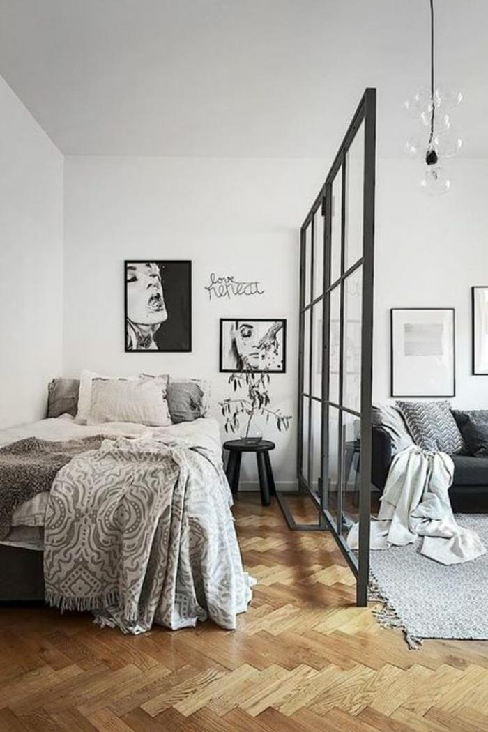aménagement studio 20m2, séparation verriere en métal gris perle, vitres rectangulaires, parquet en beige et marron