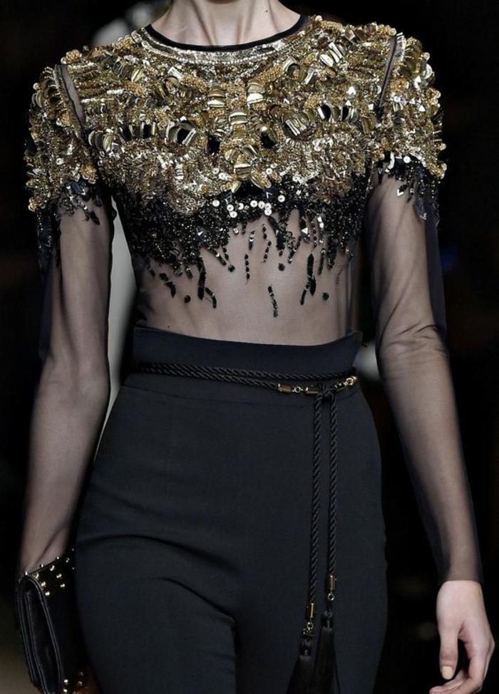 blouse en organza noire transparente, buste richement décoré avec des grandes pierres synthétiques jaunes, tenue chic et choc