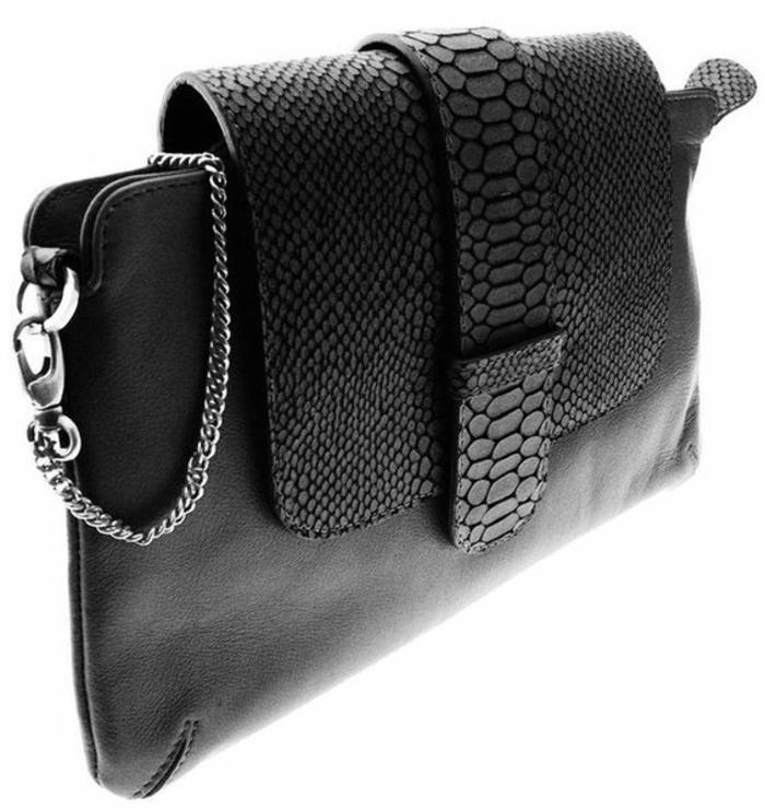 sac pochette noir, avec motifs croco sur son couvercle, chaînette en couleur argent, élégance et raffinement, thème chic et choc