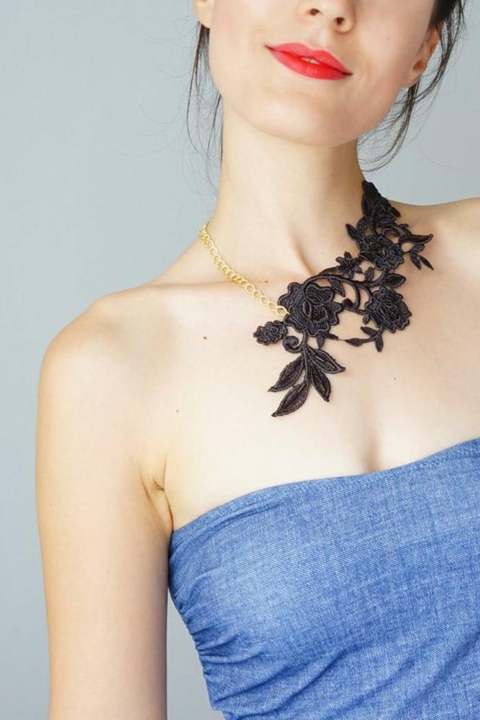 collier en tissu dentelle noire et chaînette délicate couleur or, porté avec une robe bustier en bleu ciel, soirée chic et choc